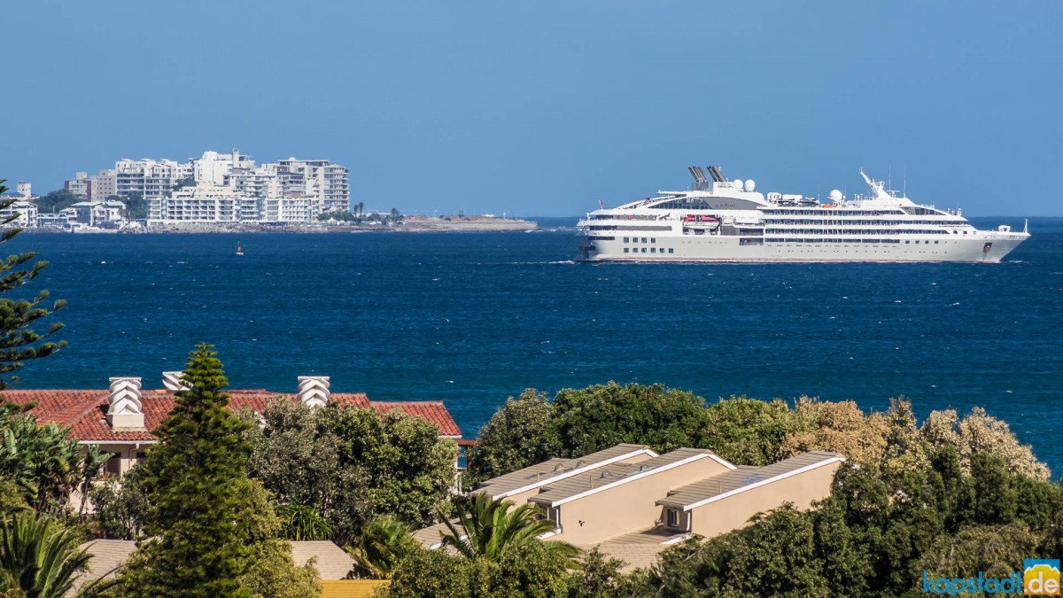 Luxury Liner in Table Bay (with Sea Point and Woodbridge Island)