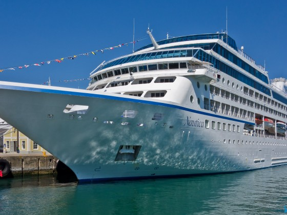 Luxury liner anchoring next to the Table Bay Hotel