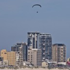 Paragliders in front of the skyline of Bloubergstrand