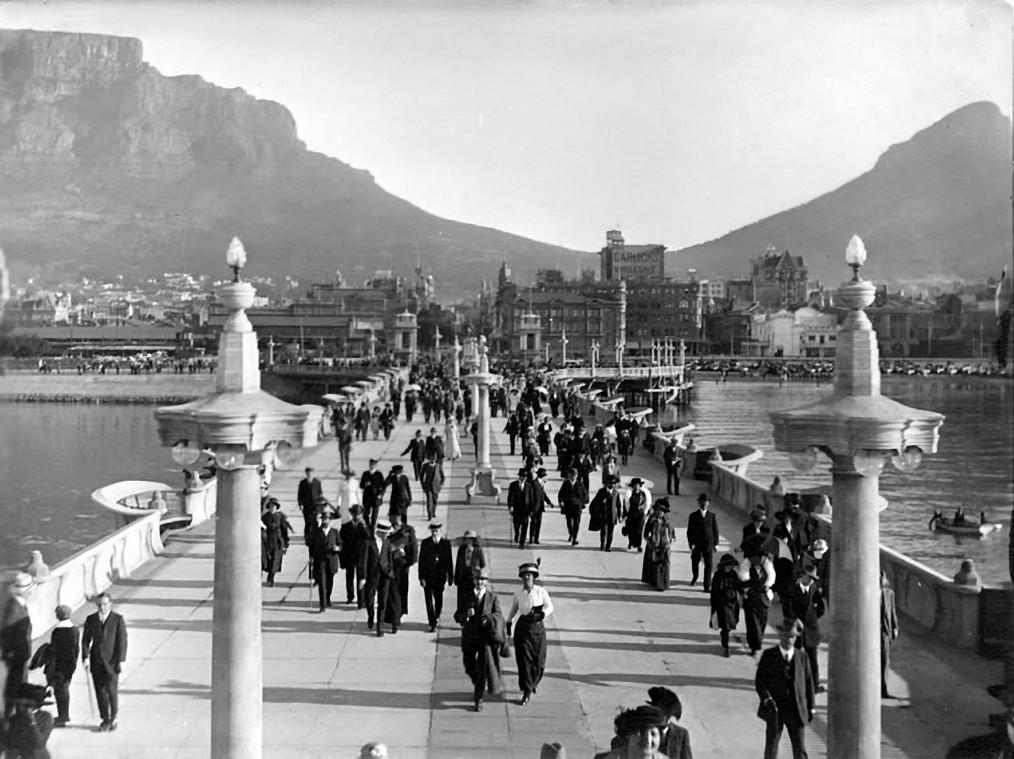 Sunday afternoon stroll circa 1911